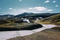 Ajardine com o rio do musgo e da neve em Islândia Turismo da montanha Imagens de Stock Royalty Free