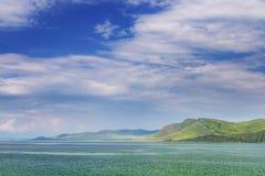 Ajardine com o rio e um cume da montanha Fotografia de Stock