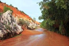 Ajardine com o rio entre rochas e a selva vermelhas. Vietname Foto de Stock Royalty Free