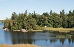 Ajardine com o rio no dia ensolarado Água da cor azul profunda Imagens de Stock