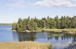Ajardine com o rio no dia ensolarado Água da cor azul profunda Imagem de Stock Royalty Free