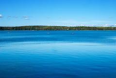 Ajardine com o rio no dia ensolarado Água da cor azul profunda Fotos de Stock Royalty Free