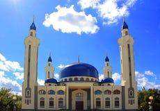 Ajardine com o templo do Islã da Rússia sul Fotografia de Stock Royalty Free