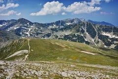 Ajardine com o trajeto para escalar um pico de Vihren, montanha de Pirin Imagens de Stock