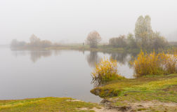 Ajardine com o vist sobre o rio de Vorskla em Ucrânia Imagem de Stock