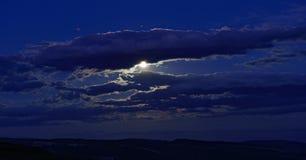 Ajardine com obscuridade - céu azul com nuvens e sol. Imagens de Stock
