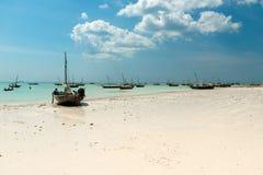 Ajardine com os barcos de pesca na costa, Zanzibar Foto de Stock Royalty Free