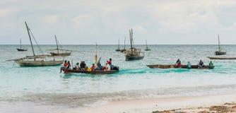 Ajardine com os barcos de pesca na costa, Zanzibar Fotos de Stock Royalty Free