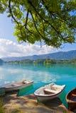Ajardine com os barcos no cais do lago Bled, Eslovênia Imagem de Stock