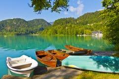 Ajardine com os barcos no cais do lago Bled, Eslovênia Imagem de Stock Royalty Free