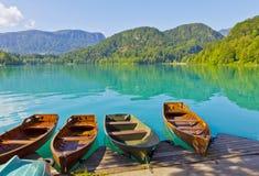 Ajardine com os barcos no cais do lago Bled, Eslovênia Imagens de Stock Royalty Free