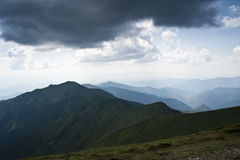 Ajardine com os cumes da montanha nas montanhas Carpathian Fotos de Stock Royalty Free