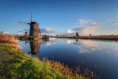Ajardine com os moinhos de vento holandeses tradicionais bonitos no nascer do sol Fotos de Stock