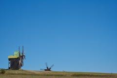 Ajardine com os moinhos de vento no fundo do céu azul Backgrou Fotos de Stock