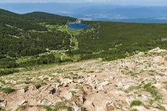 Ajardine com os montes verdes em torno do lago Bezbog, montanha de Pirin Foto de Stock Royalty Free