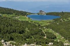 Ajardine com os montes verdes em torno do lago Bezbog, montanha de Pirin Imagem de Stock