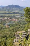 Ajardine com os polos do basalto na montanha húngara Badacsony Foto de Stock
