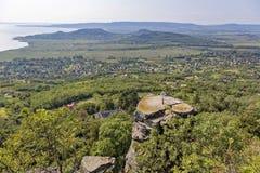 Ajardine com os polos do basalto na montanha húngara Badacsony Imagem de Stock