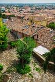 Ajardine com os telhados das casas na cidade pequena de tuscan na província Foto de Stock