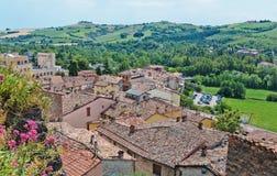 Ajardine com os telhados das casas na cidade pequena de tuscan na província, Fotografia de Stock
