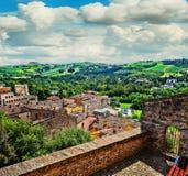 Ajardine com os telhados das casas na cidade pequena de tuscan na província Imagens de Stock Royalty Free