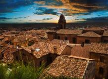 Ajardine com os telhados das casas na cidade pequena de tuscan na província Fotos de Stock