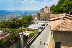 Ajardine com os telhados das casas na cidade pequena de tuscan na província Fotografia de Stock Royalty Free