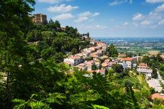 Ajardine com os telhados das casas na cidade pequena de tuscan na província Fotografia de Stock