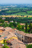 Ajardine com os telhados das casas na cidade pequena de tuscan na província Foto de Stock Royalty Free