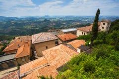 Ajardine com os telhados das casas na cidade pequena de tuscan na província, Foto de Stock Royalty Free