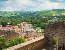 Ajardine com os telhados das casas na cidade pequena de tuscan na província Imagem de Stock