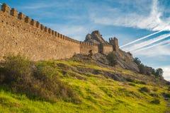 Ajardine com a parede antiga da fortaleza Genoese em Sudak, Crimeia, Ucrânia Imagem de Stock