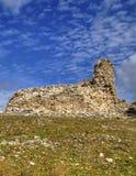 Ajardine com a parede de pedra antiga e o céu azul Fotos de Stock