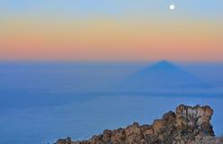 Ajardine com pedras, sombra de Teide e lua Fotografia de Stock