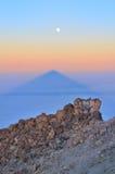 Ajardine com pedras, sombra de Teide e lua Imagens de Stock