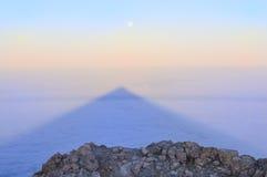 Ajardine com pedras, sombra de Teide e lua Imagem de Stock