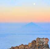 Ajardine com pedras, sombra de Teide e lua Imagem de Stock Royalty Free