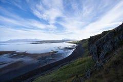 Ajardine com penhasco e cordilheira no oceano Refl claro Imagem de Stock