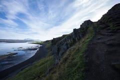 Ajardine com penhasco e cordilheira no oceano Refl claro Fotografia de Stock Royalty Free
