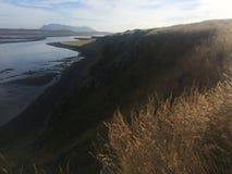 Ajardine com penhasco e cordilheira no oceano Refl claro Foto de Stock