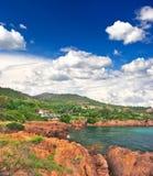Ajardine com penhascos vermelhos e o céu azul dramático Imagem de Stock Royalty Free