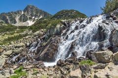 Ajardine com pico da cachoeira e do Sivrya, montanha de Pirin Imagem de Stock