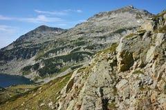 Ajardine com pico de Kamenitsa e lago Mitrovo, montanha de Pirin Fotos de Stock