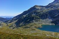 Ajardine com pico de Kamenitsa e lago Mitrovo, montanha de Pirin Imagem de Stock