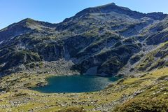 Ajardine com pico de Kamenitsa e lago Mitrovo, montanha de Pirin Fotografia de Stock