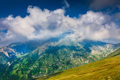 Ajardine com pico de Mohoru de montanhas de Parang Fotografia de Stock Royalty Free