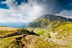 Ajardine com pico de Mohoru de montanhas de Parang Foto de Stock