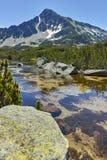Ajardine com pico de Sivrya e lagos Banski, montanha de Pirin, Fotos de Stock