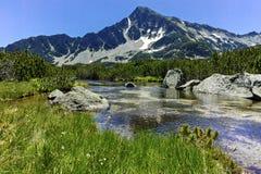Ajardine com pico de Sivrya e lagos Banski, montanha de Pirin Foto de Stock