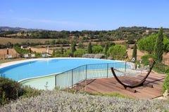 Ajardine com a piscina e a rede nos montes, Tusca imagem de stock royalty free